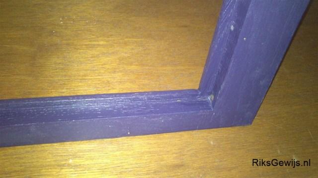 Ook de binnenzijden van de sponningen worden geschilderd. Dit komt omdat de spiegel hier een reflectie op geeft en dan zou kaal hout niet mooi zijn.