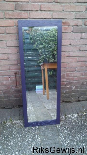De spiegel is klaar voor gebruik. Ik vind het toch wel heel erg leuk dat van een kast deur een leuke spiegel gemaakt is. Zo is deze mooie deur toch weer te gebruiken. Er zit ook een leuk houtsnij werk in aan de bovenkant. Nu kan deze op de kamer van mijn dochter gezet worden.