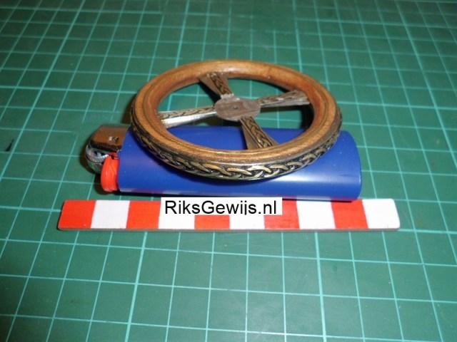 Zoals ik al schreef komt er een metalen band omheen. Zie dit maar zoals een karrenwiel. Deze band is voorzien van een vlechtwerk en ook zoals in het metalen kruis voorzien van een verwering met inkt. Het wiel zelf is nu bijna klaar.