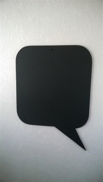 Het ophangen van het krijtbord heb ik heel simpel gehouden. Boven en onderin een gaatje geboord. Dan het bord op de plaats gehouden met een waterpas recht gehangen en de voorgeboorde gaatjes afgetekend op de muur. Door daar twee gaten te boren en te voorzien van pluggen is het met een spaanplaat schroef goed op te hangen. De schroef heb ik alsnog met een beetje verf zwart geschilderd zodat dit niet meer opvalt. Een kleine tip. Na goed te laten drogen eerst een krijtje plat over het bord heen trekken zodat het hele bord wit is. Dan uitvegen en het bord is klaar voor gebruik. Anders zul je nadat je de tekst hebt uitgeveegd deze  nog altijd lichtjes zien. Door het bord wit te maken en uit te vegen is dit niet meer.
