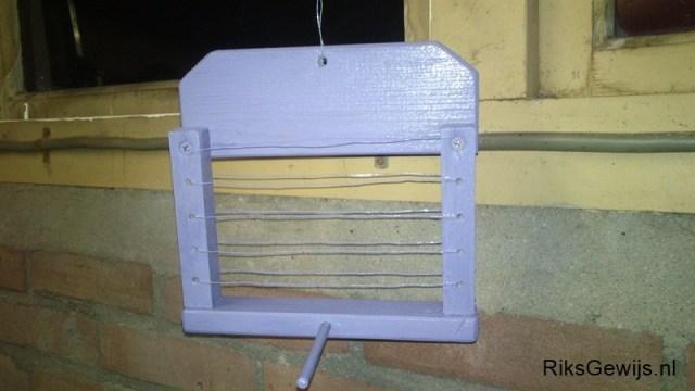 Het schilderen van het voederhuisje kan natuurlijk in elke kleur. Let hier wel op dat de verf ook geschikt is voor buiten. Dit hangt in weer en wind. Ik heb vanuit mijn vele projecten altijd wel een restje verf staan. Dit is zo'n restje verf. Op die manier houd je het ook leuk en goedkoop.