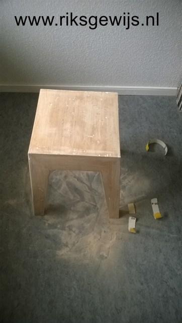 Doordat plamuur krimpt na het aanbrengen op het hout heb ik alles nog eens afgeschuurd tot het zo vlak mogelijk is en nog een keer geplamuurd. Het is belangrijk om de basis mooi glad te maken omdat dit na het schilderen altijd zichtbaar blijft.