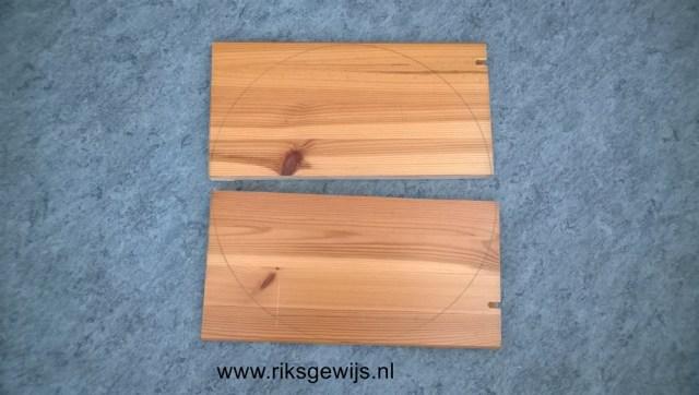 Als het rondje is uitgetekend met een passer kan ook een middenlijn getekend worden waar de plank doormidden gezaagd word. Doordat er nu twee halve rondjes zijn kunnen de ronde kanten ook uitgezaagd worden.