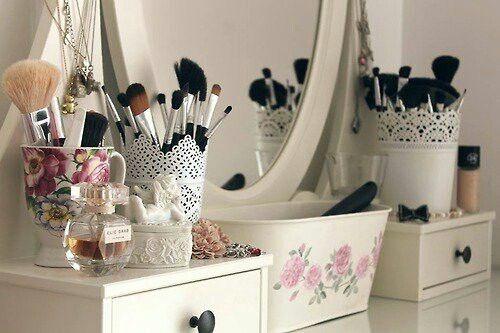 Ideas y productos para organizar tu rincón de belleza: Ricón de belleza en blanco