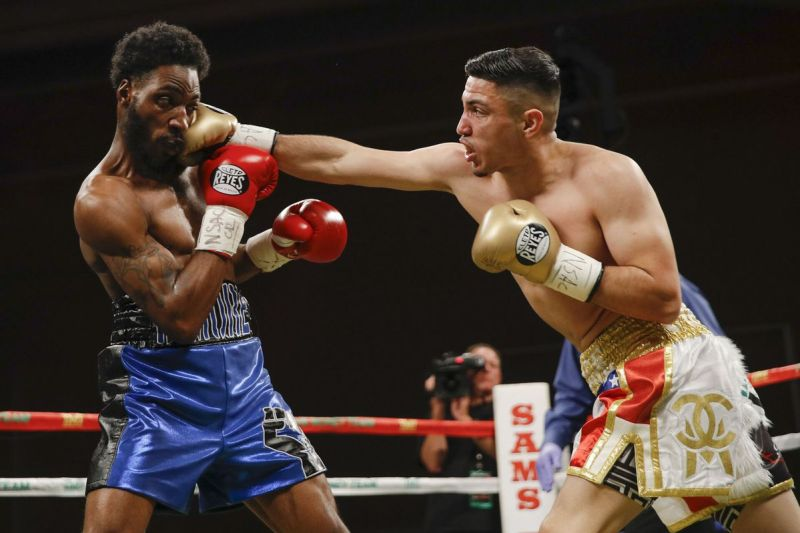 Andres Cortes (right) vs. Jahmal Dyer. Photo by Esther Lin/SHOWTIME