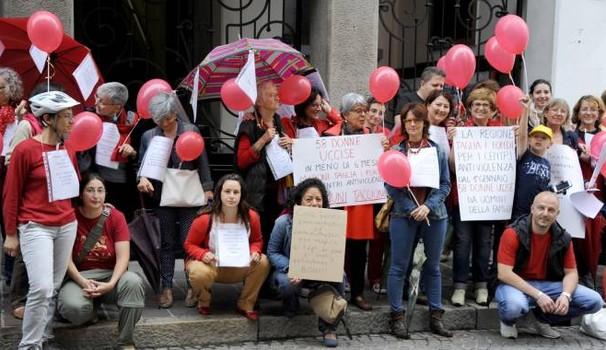 La protesta a Corsico contro la chiusura del centro anti violenza La Stanza dello Scirocco