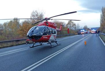 Schwerer Unfall auf B83: Eine Person verstorben, vier Verletzte