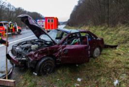 A2: Audi überschlägt sich, Mutter und Tochter aus Auto geschleudert