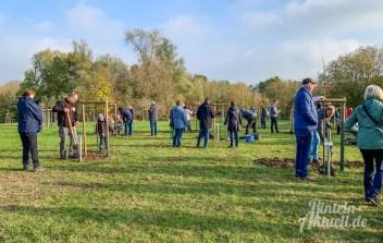 11 rintelnaktuell apfelbaum 2019 pflanzaktion generationenpark eltern kinder bauhof