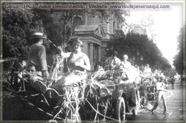 Corso no carnaval carioca de 1907 em frente à cinelândia
