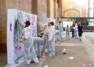 20150708153235-teaser-graffiti-workshop-breaking-wall-altes-kraftwerk-rummelsburg-stencil-teambuilding-incentive