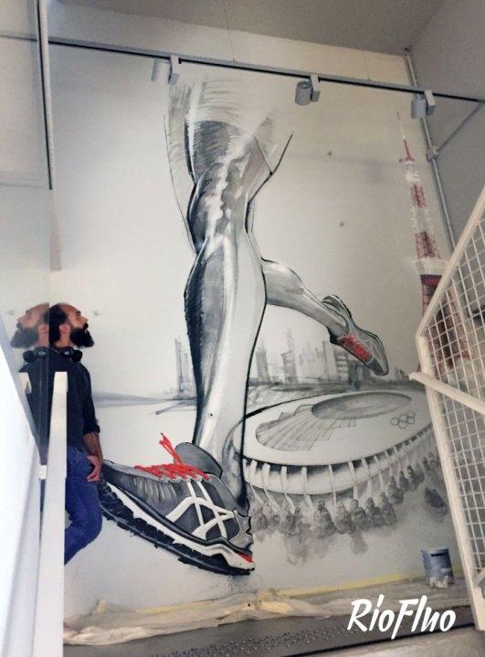 La marque réputée de sportwear a demandé à Riofluo de prendre en main la direction artistique des peintures murales de leur QG. Afin d'illustrer l'image de la marque japonaise et de connoter le style street et technique, nous avons proposé à l'artiste Harry-James de peindre les murs qui desservent les étages avec un style figuratif et dynamique, présent aussi dans la salle de vie. Le Gymroom a quant à lui été personnalisé par l'artiste Alex Pariss, spécialiste d'art optique, le but étant ici de jouer avec l'appréhension de l'espace.