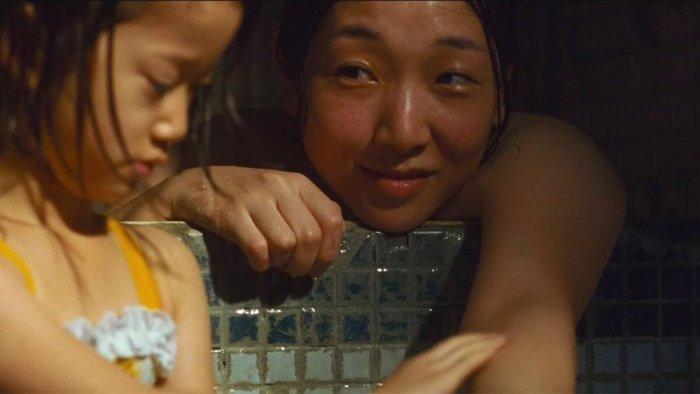 Sasaki Miyu as Juri and Sakura Ando as Shibata Nobuyo in Shoplifters