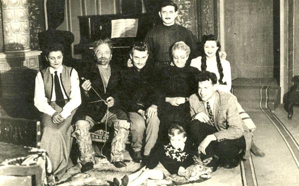 """În regia distinsului regizor Ion Isaia, în stagiunea 1952/1953 a fost pus în scenă spectacolul cu piesa """"Micii burghezi"""". În poza colectivă îi vedem pe: Eftimiu Ursuleascu (sus), apoi – de la stânga – pe Lili Bocșan (fiica lui N. Bocșan), Aurel Guțu, Trifu Măceș, Iconia Cuzma, Aurelia Pitic (Bugariu) și Arcadie Petrovici."""