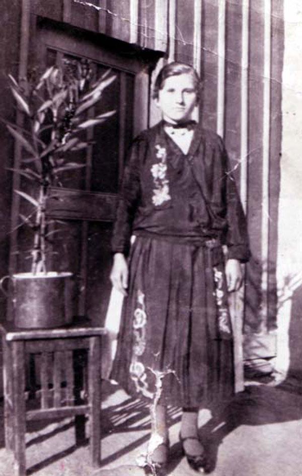 Fata mare îmbrăcată în port românesc din Mesici, anul 1941