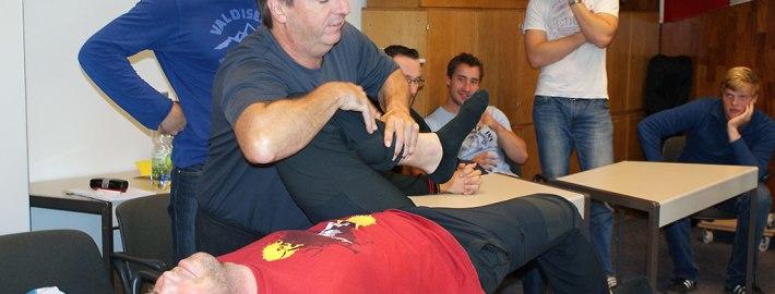 Muskelfunktionstest mit Dr. med. Michael Stüfe bei der Trainerausbildung