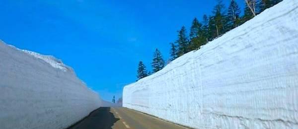 八幡平アスピーテラインの雪の回廊