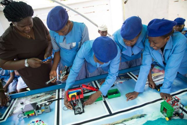 Nigerian-girls-build-robots-to-tackle-waste2