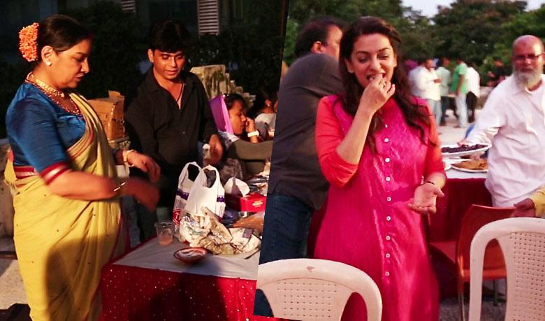 Shabana Azmi (L) and Juhi Chawla (R) having Iftar