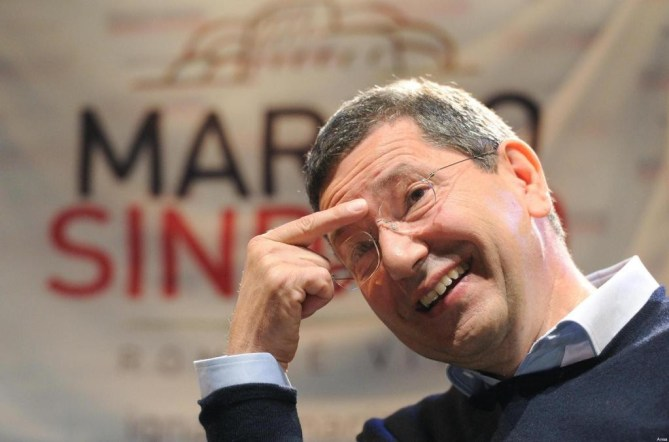 Il candidato a sindaco di Roma, Ignazio Marino, durante un incontro con i cittadini romani nel quartiere della Garbatella, 01 giugno 2013. ANSA / ETTORE FERRARI