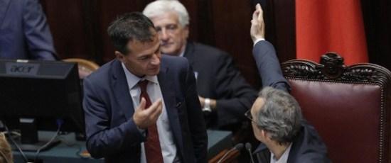Sefano Fassina (s) e Roberto Giachetti alla Camera durante il voto di fiducia al dl Fare, Roma 24 luglio 2013.  ANSA/GIUSEPPE LAMI