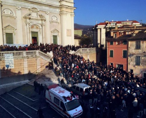 I funerali del sedicenne suicida per droga