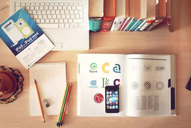 Libri e computer: gli amanti della lettura usano social come Anobii, Goodreads e Instagram.