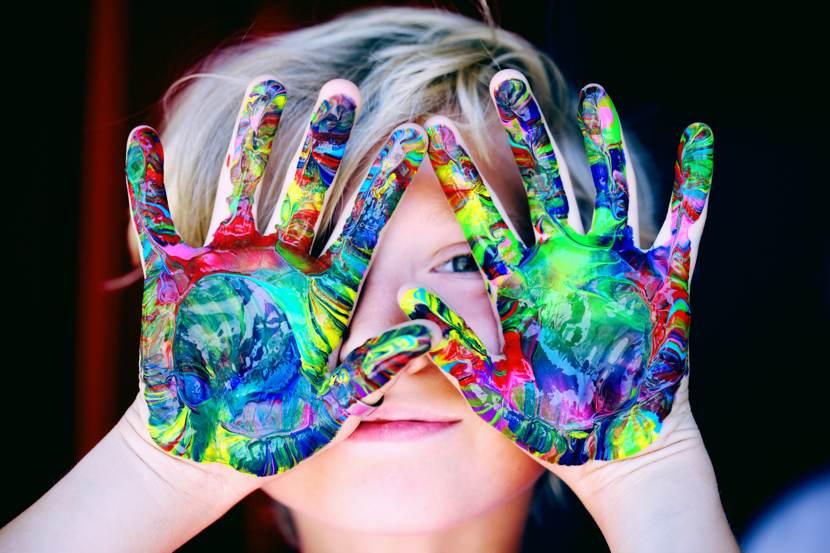 Omogenitorialità: i colori dell'arcobaleno sulle mani di un bambino