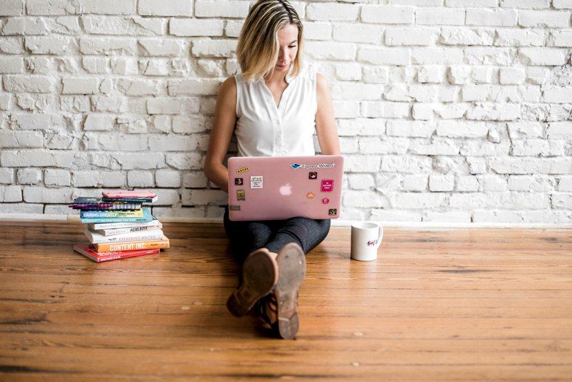 Scrivener, il programma per gli scrittori: una ragazza che scrive al computer