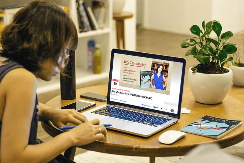 Frammenti Rivista: una ragazza davanti al computer con l'evento