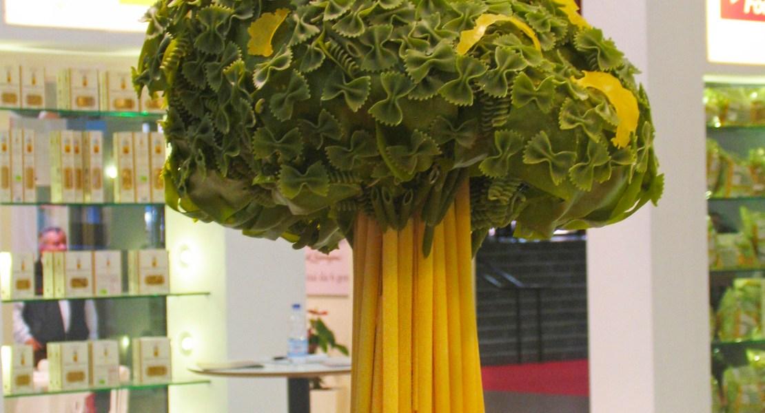 un albero fatto di pasta secca incollata su una struttura metallica con cappelli garibaldini e regioni Italia