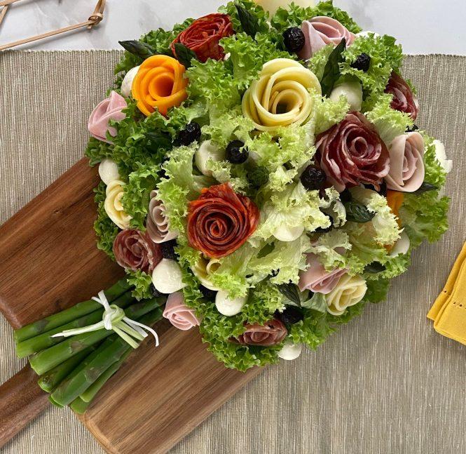 bouquet composto da fiori di salumi e formaggi