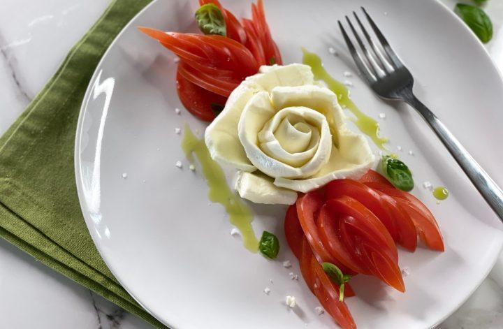 rosa fatta con mozzarella e petali di pomodoro