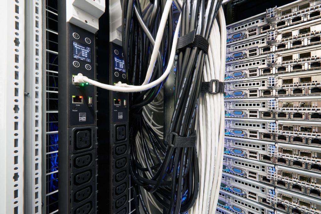 Unter Spannung Strom im ITRack richtig verteilen