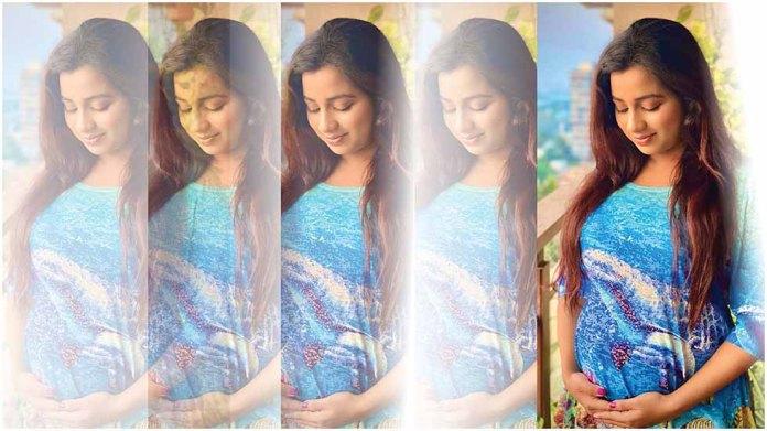 Singer Shreya Ghoshal flaunts baby bump   RITZ