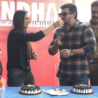 Prashanth And Simran Celebrate Their Birthdays On The Sets Of Andhaghan (1)
