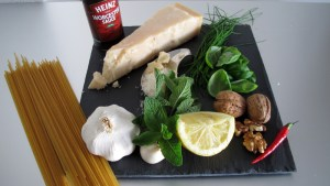 Zutaten für das Pesto (Knoblauch, Pfefferminze, Schnittlauch, Basilikum, Zitrone, Chilli, Baumnuss, Parmesan, Worcester Sauce, Spaghetti)