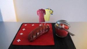 Grillierter Cervelat auf Serviette mit Aji (Eucadorianische Chilli-Sauce)
