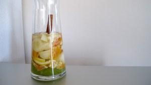 klein geschnittene Früchte in einer Karaffe mit Weisswein bedeckt.