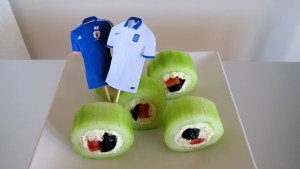 Griechische Sushi mit Trikot-Fähnchen der beiden Mannschaften