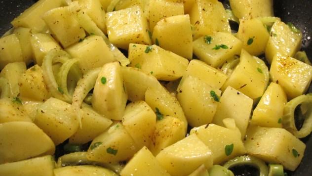Nahaufnahme der Bratkartoffeln in der Pfanne