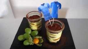 Uruguayisches Tiramisu mit Trikot-Fähnchen