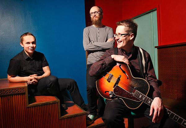 Teemu Viinikainen Trio; Teemu Viinikainen, kitara, Ville Herrala, basso ja Mika Kallio, rummut. Kuva: Maarit Kytöharju