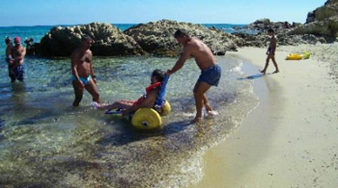 Spiagge libere per disabili la Giraffa a Rotelle punta il