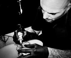Andrea Capitolino mentre tatua.