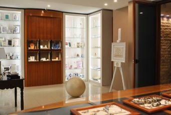 L'interno della boutique. Oltre ai gioielli è possibile acquistare oggettistica in un ambiente intimo e accogliente.