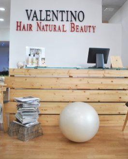 L'ingresso del salone Valentino Hair Natural Beauty, uno spazio creativo ed un'atmosfera avvolgente, rotonda, dove la femminilità è in primo piano.