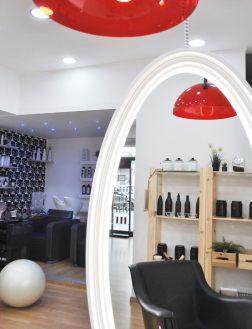 Un angolo del salone Valentino Hair Natural Beauty in cui specchi, profumi, pennelli, colori, tinture avvolgono e coccolano le clienti.