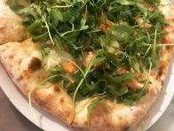 Pizza al salmone affumicato con rucola. Foto di Pizzeria Centrale.