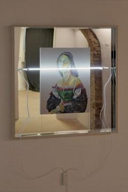 Matteo Fato, Senza titolo (1507 - 2015), 2015 olio su lino foderato su tavola, neon / oil on linen lined on wood, neon, (48 x 64 cm), cornice in multistrato e specchio / frame in plywood and mirror dimensione totale / total size, 88 x 104 cm